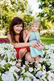 Hija de la madre y del bebé que abraza i imagen de archivo libre de regalías