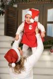 Hija de la mamá y del bebé en la Navidad Imagen de archivo libre de regalías
