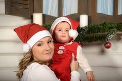 Hija de la mamá y del bebé en la Navidad Fotografía de archivo libre de regalías