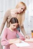 Hija de las ayudas de la madre con el trabajo del hogar Fotos de archivo libres de regalías