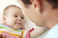 Hija de Playing With Baby del padre en casa Fotografía de archivo