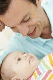 Hija de Playing With Baby del padre en casa Imagen de archivo libre de regalías