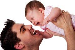 Hija de risa feliz del padre y del bebé Foto de archivo libre de regalías