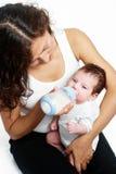 Hija del bebé de la madre que introduce Imagenes de archivo