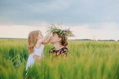 Hija del ` s de la mamá que poca guirnalda de la dulzura florece imagen de archivo libre de regalías