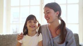 Hija feliz de la madre y del niño hacer el vlog de registración de la llamada video almacen de metraje de vídeo