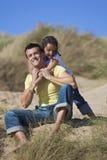 Hija feliz del padre del hombre y de la muchacha que juega en la playa Imágenes de archivo libres de regalías