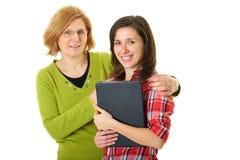 Hija feliz y smilling con la madre, aislada Imágenes de archivo libres de regalías