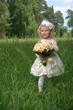 Hija joven de la niña de la novia en el vestido blanco con fotos de archivo libres de regalías