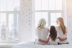 Hija, madre y abuela en casa foto de archivo
