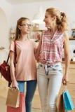 Hija magnífica y madre que celebran bolsos con las compras Fotografía de archivo libre de regalías