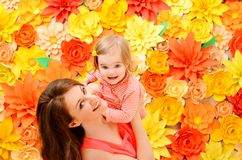 Hija a manos de la madre imágenes de archivo libres de regalías