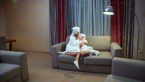 Hija maternal del abrazo de la dulzura del enlace de familia del amor almacen de video