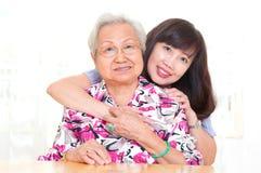 Hija mayor asiática del womanand imagen de archivo