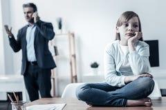 Hija pobre que falta a su padre que trabaja difícilmente foto de archivo