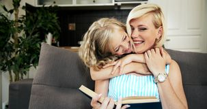 Hija que abraza amor de madre almacen de metraje de vídeo