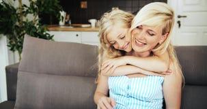Hija que abraza amor de madre metrajes