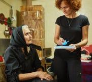 Hija que ayuda a su madre con la medicación Imagen de archivo libre de regalías