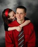 Hija que besa al papá en la mejilla Foto de archivo