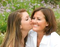 Hija que besa a la madre Foto de archivo libre de regalías