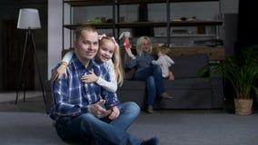 Hija que besa y que abraza al papá que expresa amor almacen de video