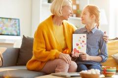 Hija que da a tarjetas del día de San Valentín la tarjeta a la mamá imágenes de archivo libres de regalías