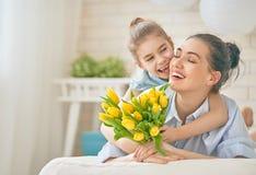 Hija que felicita a la mamá imagenes de archivo