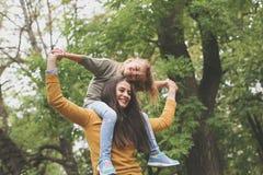 Hija que juega con la mamá Madre que lleva a su hija en shou imágenes de archivo libres de regalías