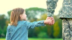 Hija que lleva a cabo la mano de su padre militar almacen de metraje de vídeo