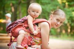 Hija que lleva de la madre    Imagenes de archivo