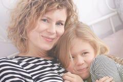 Hija que pasa tiempo con la mamá fotografía de archivo libre de regalías