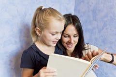 Hija rubia con la madre morena Fotografía de archivo libre de regalías