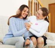 Hija sonriente de la madre y del adulto con embarazo Fotos de archivo libres de regalías