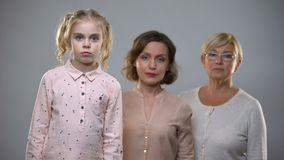 Hija triste con la mamá y la abuela que miran in camera, familia incompleta metrajes