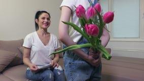 Hija y madre con el ramo de tulipanes metrajes