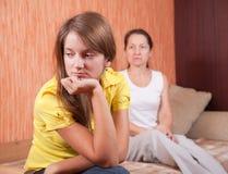 Hija y madre del adolescente después de la pelea Fotografía de archivo libre de regalías