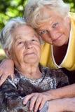 Hija y madre que abrazan Foto de archivo