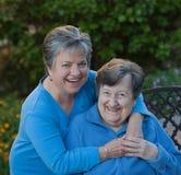 Hija y madre que ríen en el jardín Foto de archivo libre de regalías
