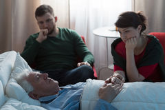 Hija y padre enfermo Imagen de archivo libre de regalías