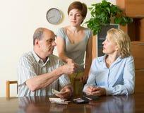 Hija y padres adultos con el dinero Fotografía de archivo