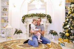 Hija y papá de risa del bebé que se divierten y que engañan alrededor, la Fotos de archivo