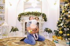 Hija y papá de risa del bebé que se divierten y que engañan alrededor, la Fotos de archivo libres de regalías