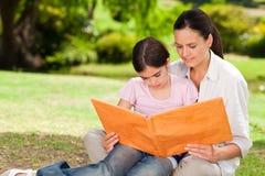 Hija y su madre en el parque foto de archivo libre de regalías