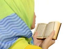 Hijab妇女读书koran 免版税库存照片
