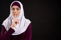 hijab展示的阿拉伯妇女平静地打手势 库存图片