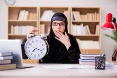 hijab的回教女孩学习为检查做准备的 库存照片