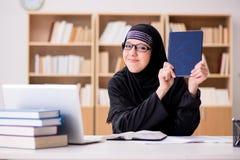 hijab的回教女孩学习为检查做准备的 免版税库存照片