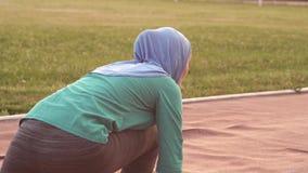 hijab的回教女孩运动员在出发台 股票视频