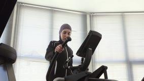 hijab的在步模拟器,回教的健身体育妇女 影视素材