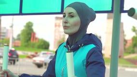 hijab的女孩是在街道上的健身房 影视素材